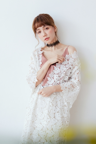 FLORAL CROCHET LONGLINE OUTER IN WHITE