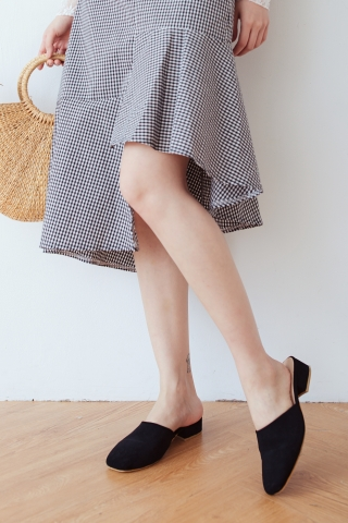 ROUND TOE MULES IN BLACK