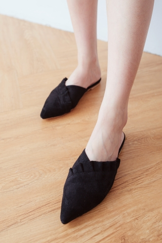 RUFFLED POINTED TOE MULES IN BLACK