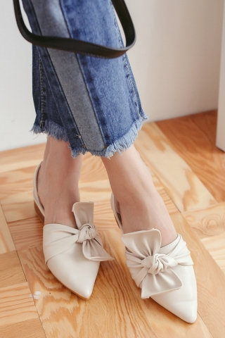 RIBBON POINTED TOE SANDALS IN CREAM