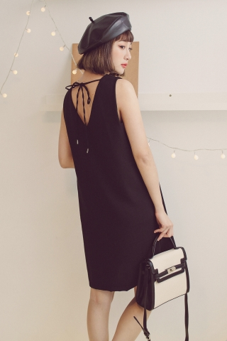 BASIC BACK V-CUT DRESS IN BLACK