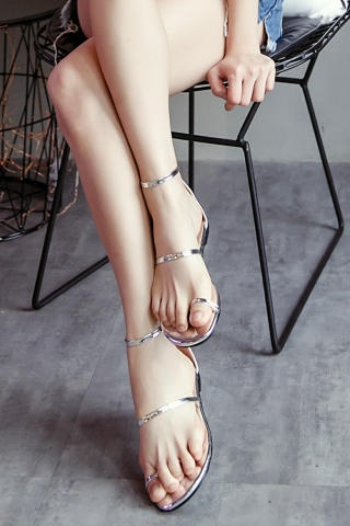 METALIC TOE-LOOP SANDALS IN SILVER