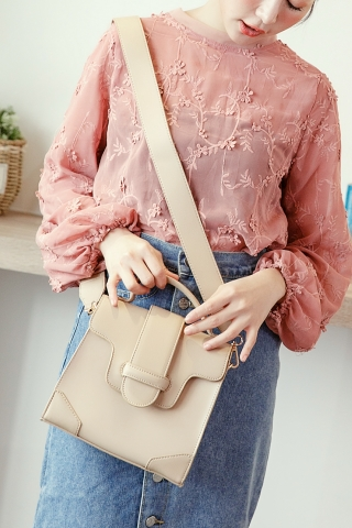 FAUX LEATHER CROSSBODY BAG IN CREAM