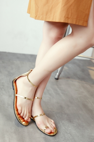METALIC TOE-LOOP SANDALS IN GOLD
