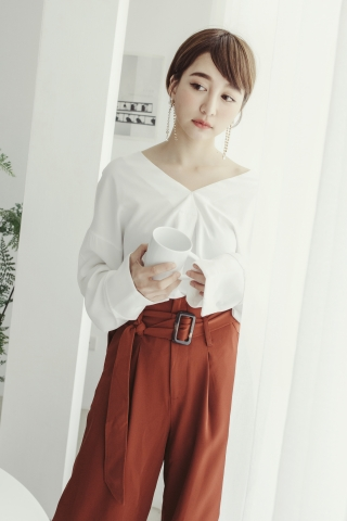 BUTTONED V-NECK BLOUSE IN WHITE