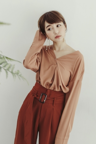 BUTTONED V-NECK BLOUSE IN BROWN