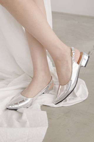 CLASSIC POINTED TOE HEELS IN SILVER