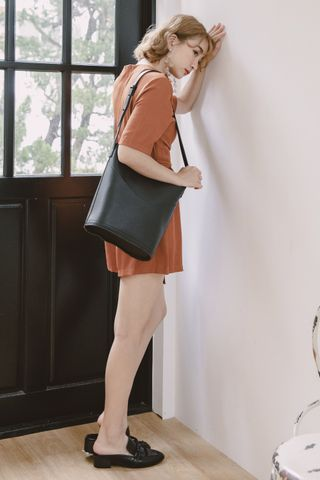 VELY LEATHER BUCKET BAG IN BLACK