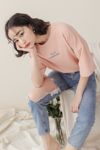 KISSES DAY ME ON SOCIAL MEDIA SLOGAN TEE IN BABY CORAL