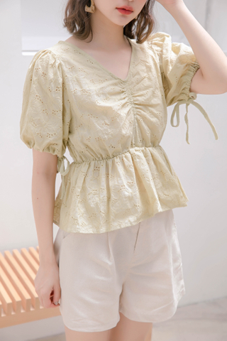 JU EYELET RUCHED TOP IN HOJICHA