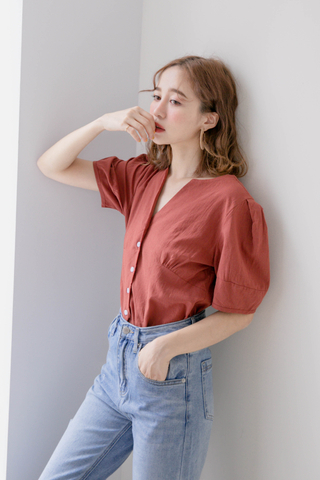 WITH DAILY KOREA V NECK TOP IN BRICK
