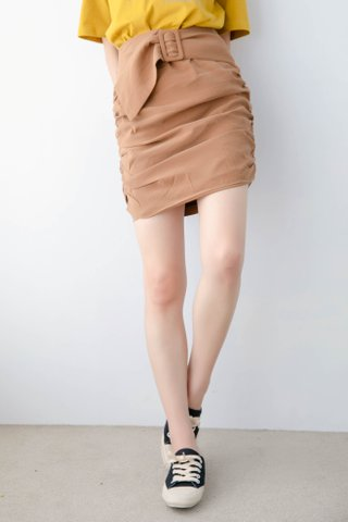 DEE KOREA PLEATED BELTED SKIRT IN BROWN