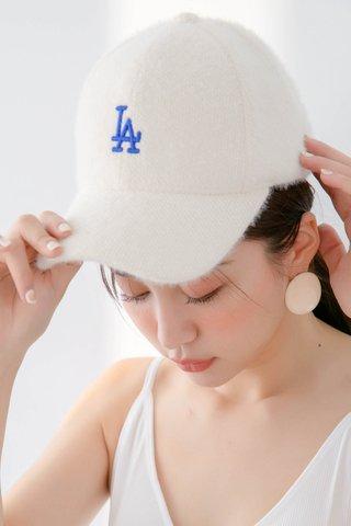 FUZZY SLOGAN CAP IN WHITE